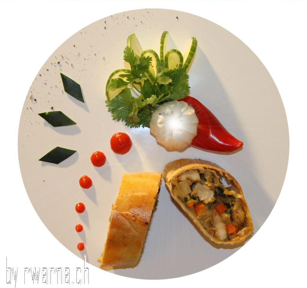 Gemüse Huehnchen Strudel mit Joghurtsauce und Fruehlingszwiebeln