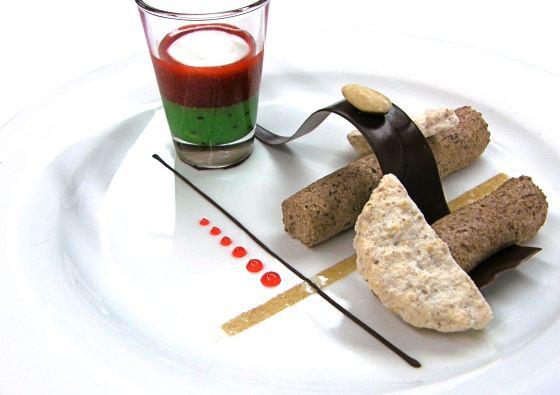Schokoladen Mousse mit Fruchtcoulis und Japonaise