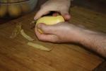 Die Kartoffel schälen.