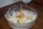 Die restlichen Zutaten mit dem Kartoffelpüree zu einem Teig vermengen.
