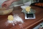 Knödelteig in 80 g Portionen aufteilen.