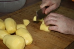 Die Kartoffeln in die die Grösse von Salzkartoffeln schneiden.