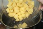 Die Kartoffeln im Salzwasser kochen.