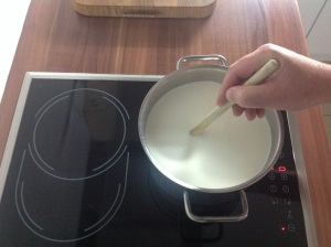 Hüttenkäse, die Rohmilch wird aufgekocht