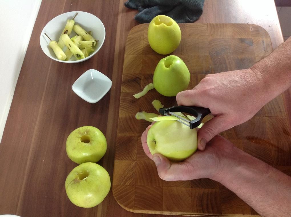 Die Äpfel schälen.